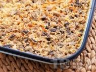 Печени гъби с ориз, моркови и праз лук в тава на фурна